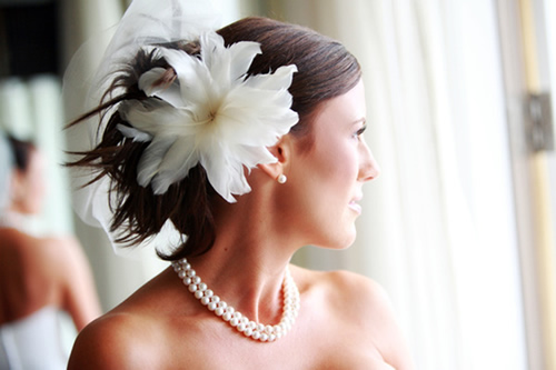 flor de penas e um míni-véu
