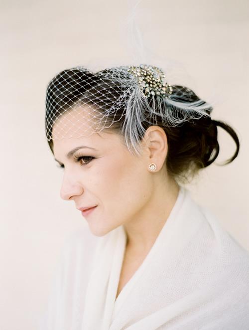 penteado de noiva com um acessório de véu gaiola