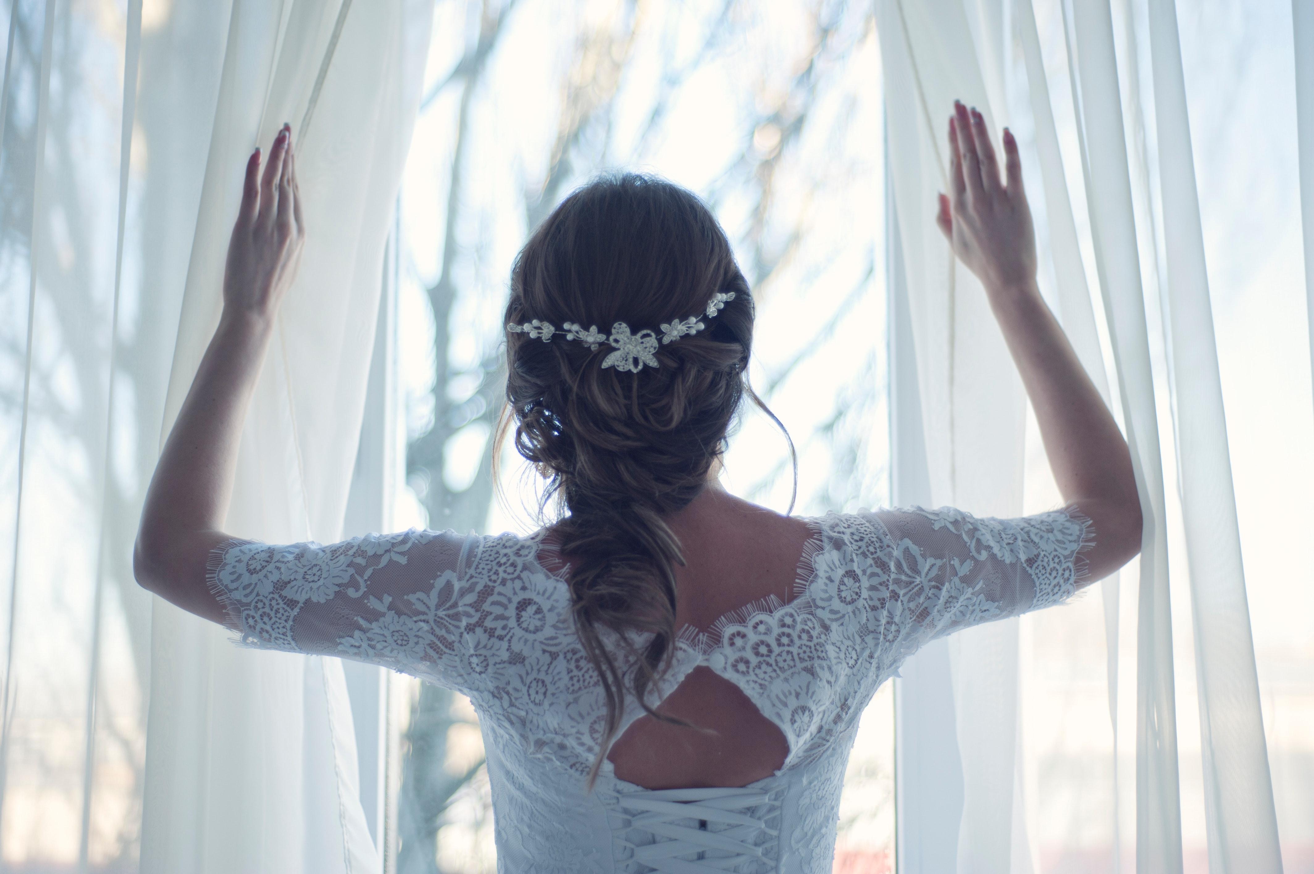 Noiva a abrir janela