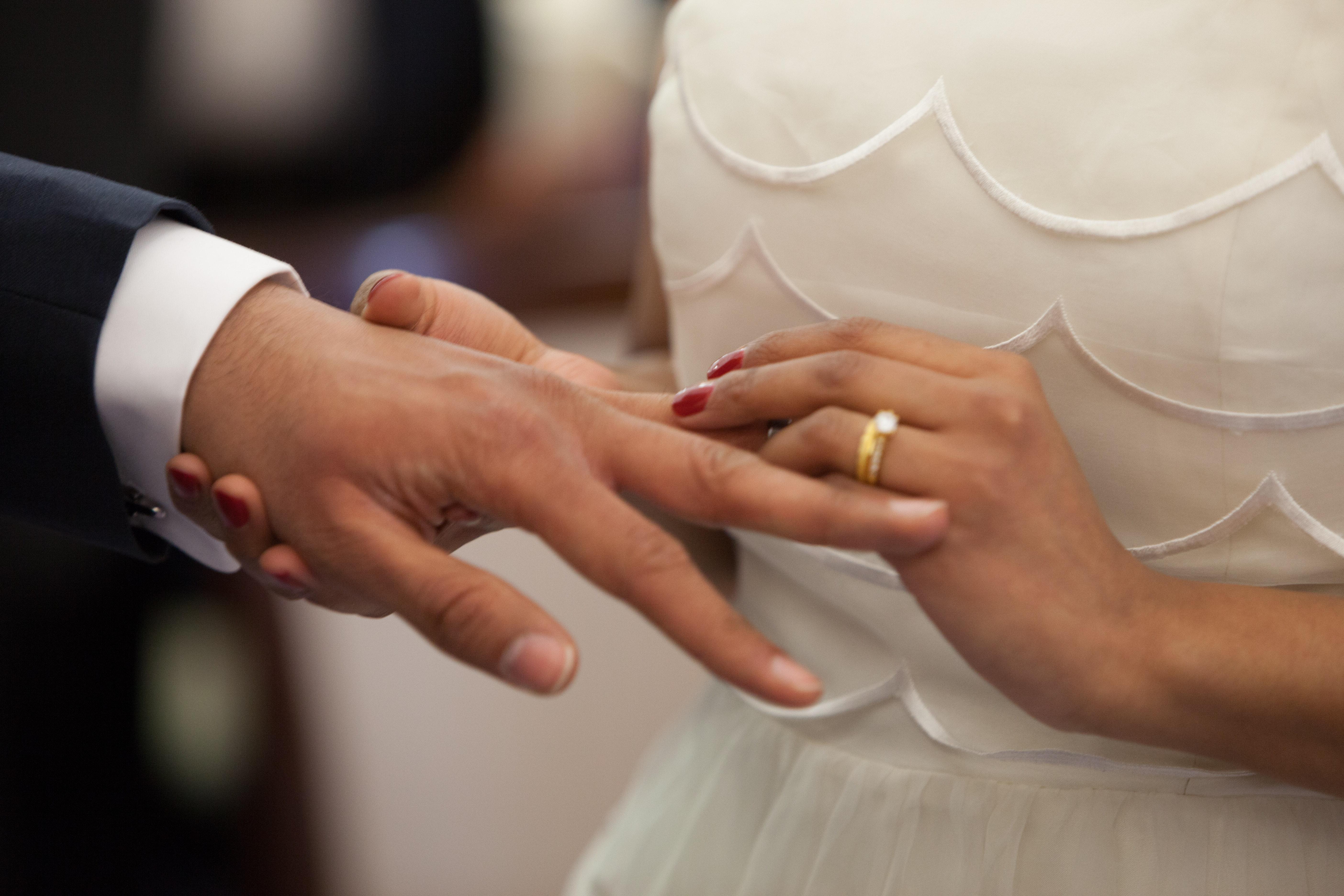 Noiva a colocar aliança no noivo
