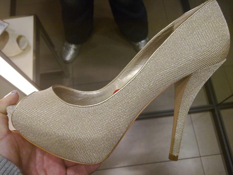 268cf9feb Vi uns sapatos lindooooos de morrer   O Nosso Casamento