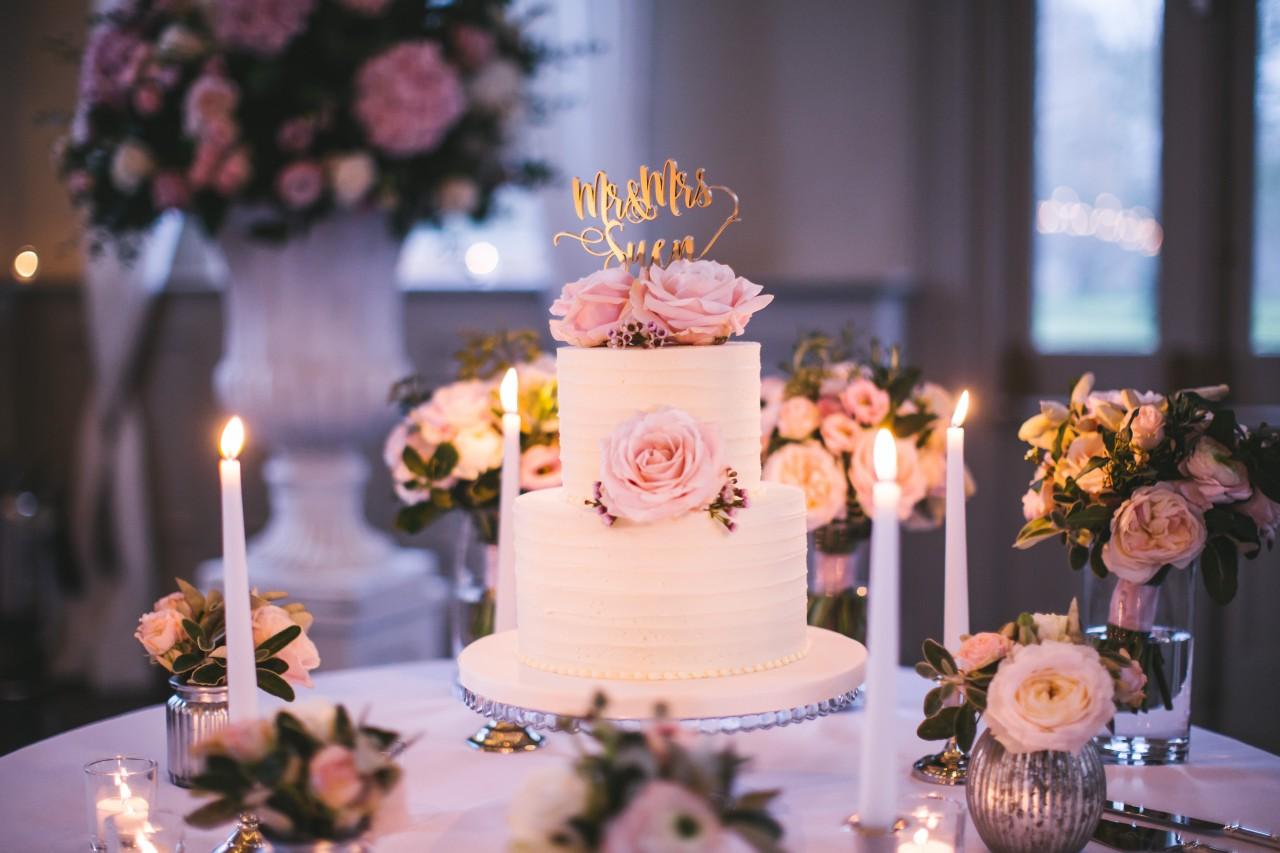 Decoração da mesa do bolo dos noivos
