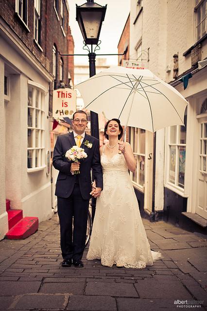 noivos com guarda-chuva