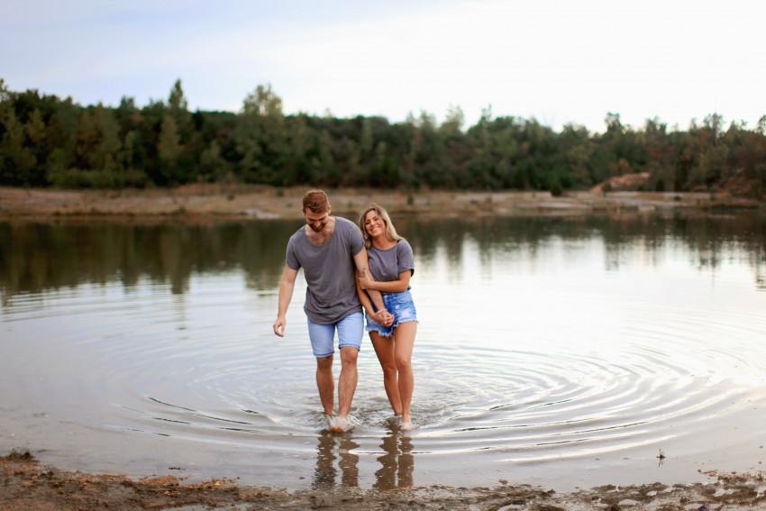 Casal num lago