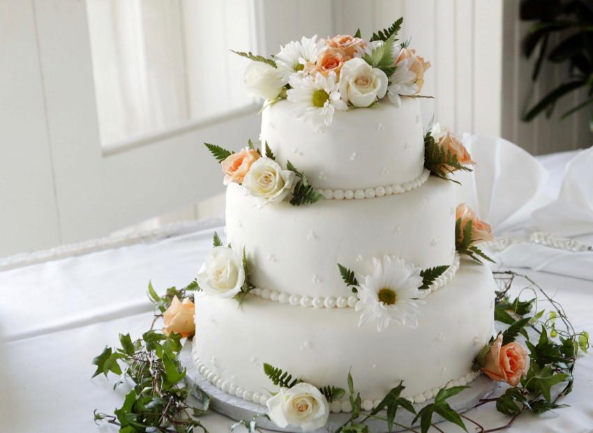 Bolo branco com flores